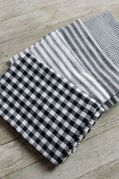 How to make napkins on gray wood board