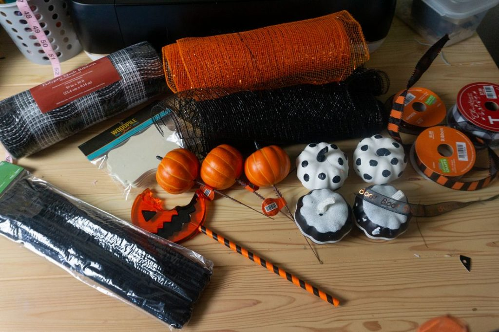 Pumpkin in orange, pumpkins in white and black, samhaim sucker,mesh and pipe cleaners